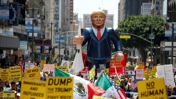 People march with an inflatable effigy of Republican presidential candidate Donald Trump during an immigrant rights May Day rally in Los Angeles, California, U.S., May 1, 2016. REUTERS/Lucy Nicholson     TPX IMAGES OF THE DAY