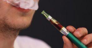 دراسة: السجائر الإلكترونية قد تزيد مخاطر الإصابة بالالتهاب الرئوى